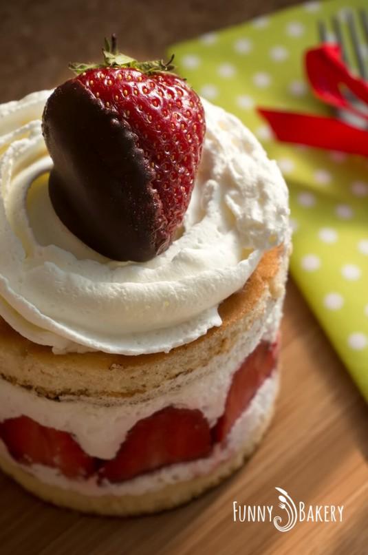 Мини сметанови тортички с ягоди - цяла
