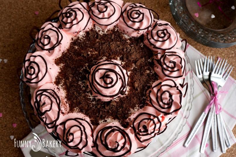 Орехова торта със сладко от черни череши - цяла