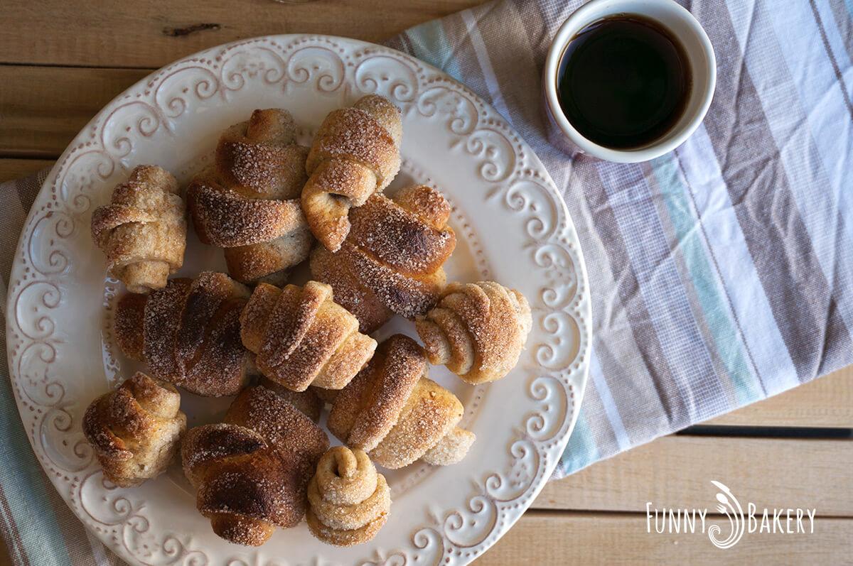 С Надето в кухнята – Пълнозърнести кифлички с ябълков мармалад - 004