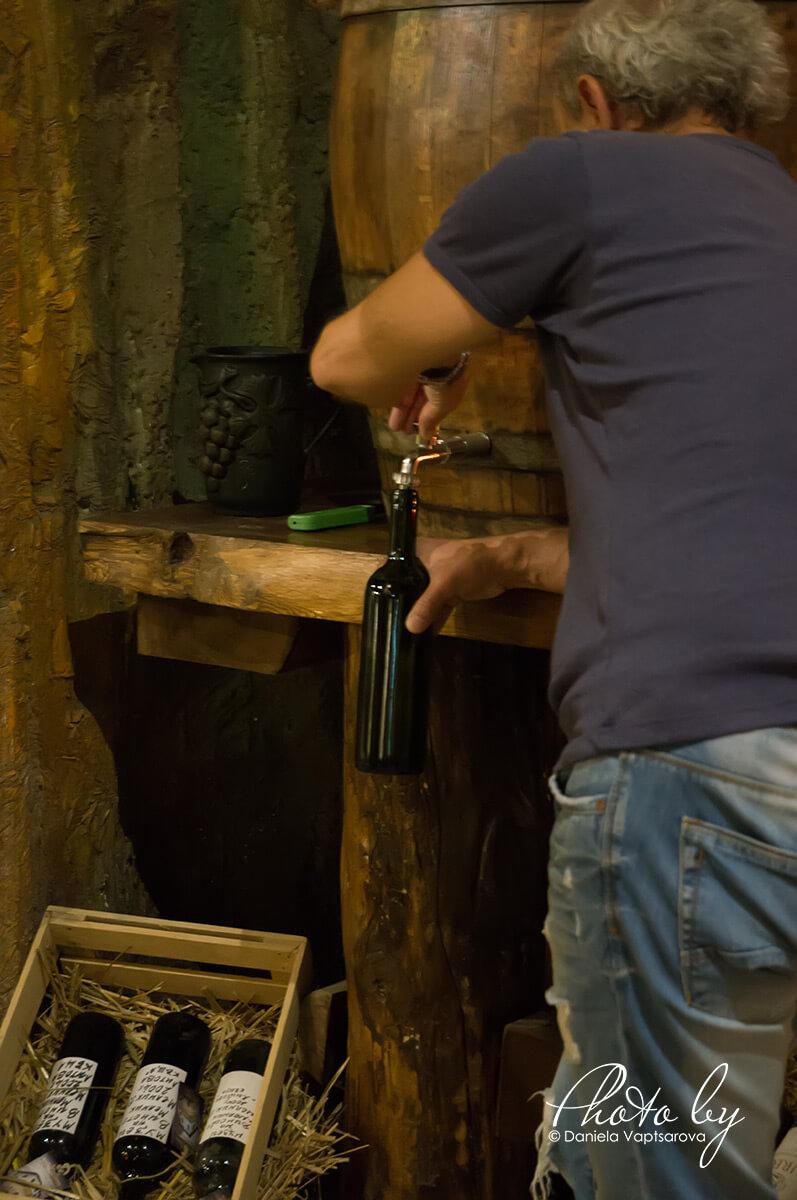 Музей на виното - пълнене на бутилката