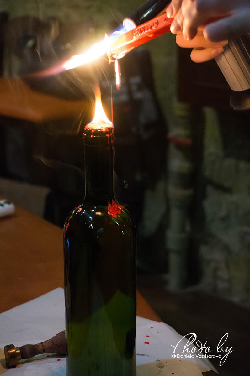 Музей на виното - запечатване на бутилката с восък
