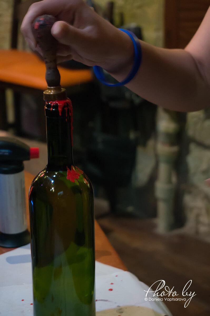 Музей на виното - поставяне на печат върху восъка