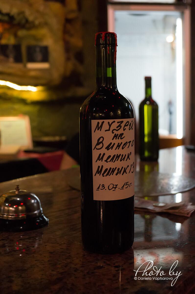Музей на виното - поставяне на етикет