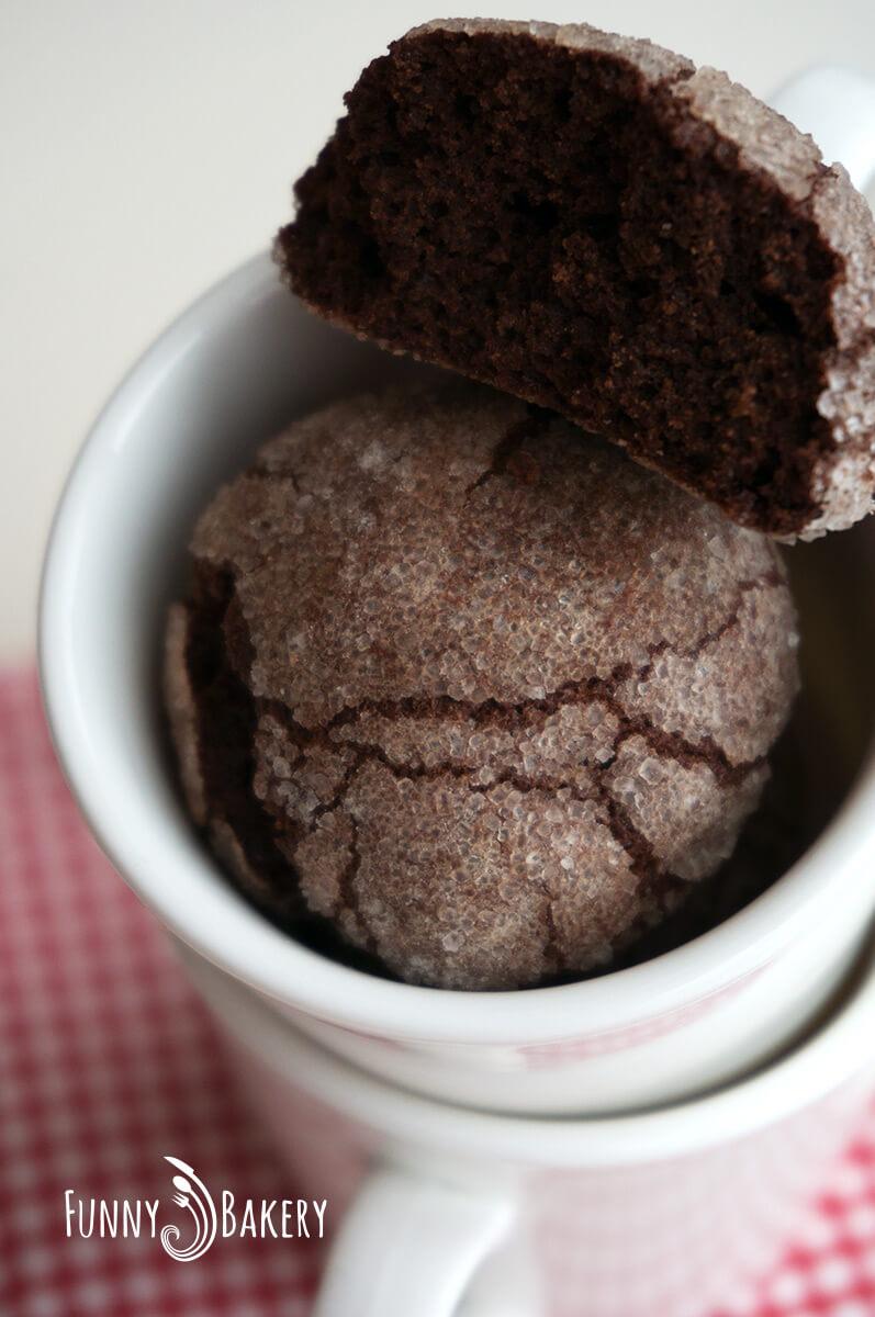 Дребни, напукани шоколадови сладки - в разрез - голяма