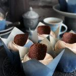 Ванилови къпкейкове с шоколадов пудинг