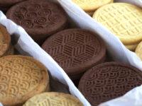Три вида бисквити – маслени, какаови и орехови
